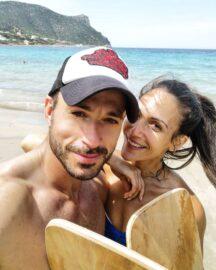 Η Ανθή Βούλγαρη στη παραλία με το ταίρι της