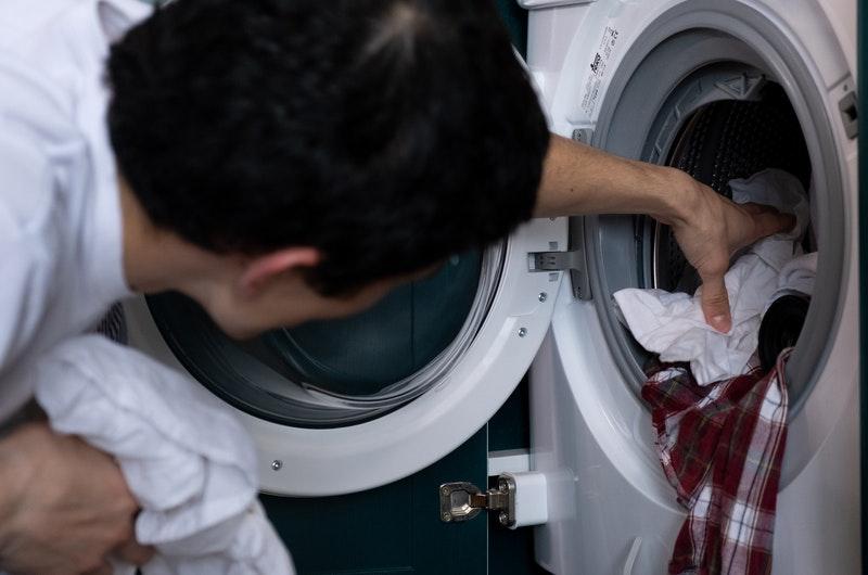 Άδειασμα πλυντηριού από ρούχα