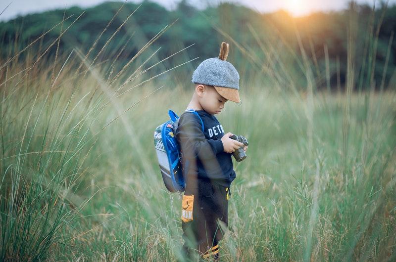 μικρό παιδί με φωτογραφική κάμερα