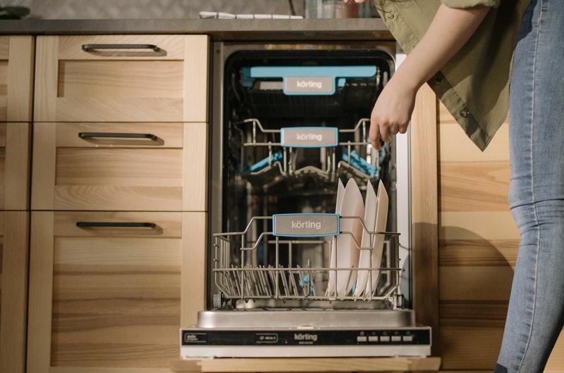 Τοποθέτηση πιάτων στο πλυντήριο