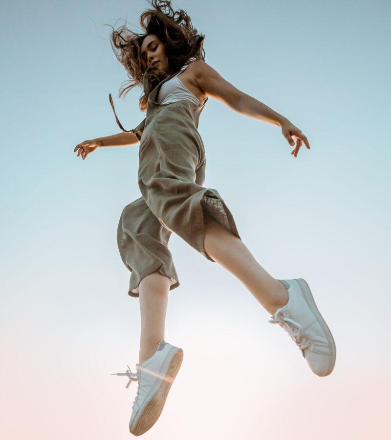 Γυναίκα στον αέρα με παπούτσια